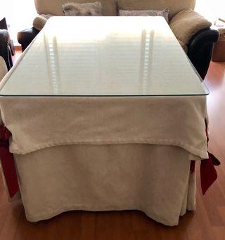 Mesa camilla con cristal y ropa