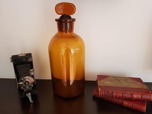 Antigua botella grande de farmacia