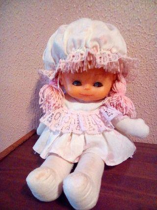 muñeca de trapo color rosa y blanco