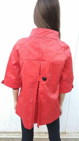 Chaqueta roja mujer bacana.