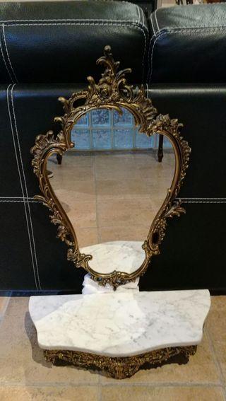 Espejo vintage de bronce y repisa mármol y bronce
