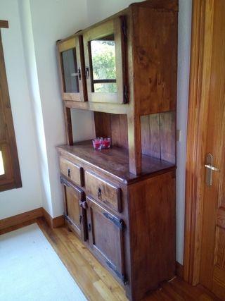 Armario antiguo de madera de roble.