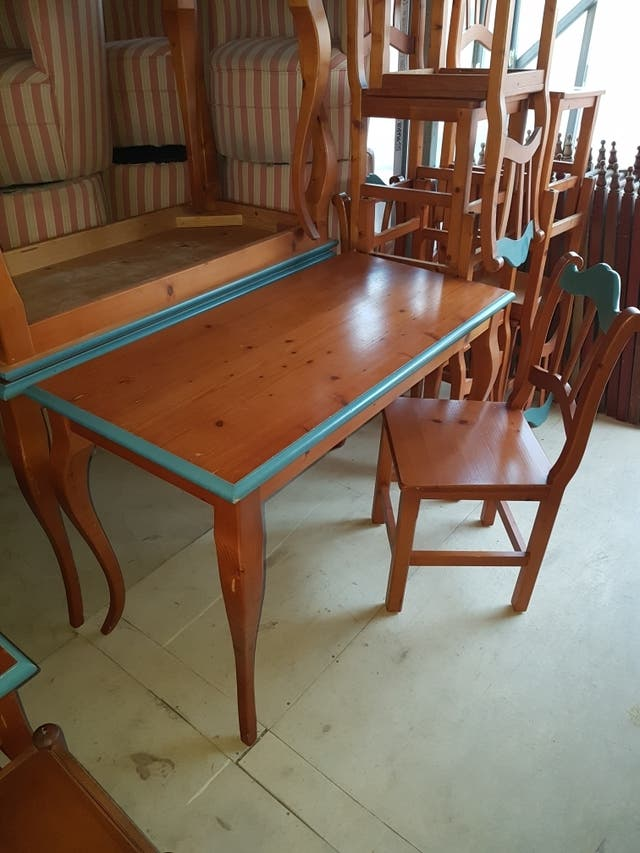 Mesa de comedor con 4 sillas madera de segunda mano por 80 € en Sant ...