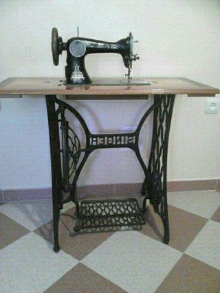 Maquina de coser Singer antigua.
