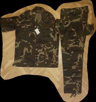 Traje uniforme militar verde boscoso