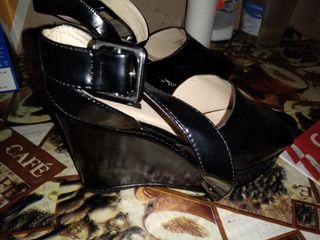 sandalias de charol negras