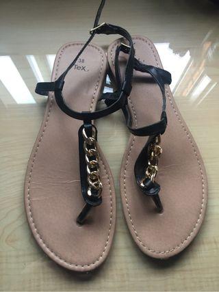 Sandalias negras con cadena