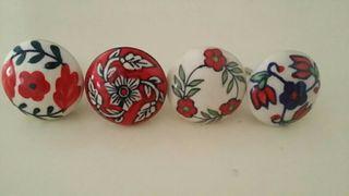 Pomos de cerámica, pintados a mano. Nuevos.