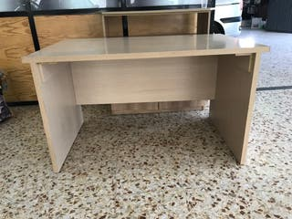 Mesa escritorio muy buen estado , madera maziza