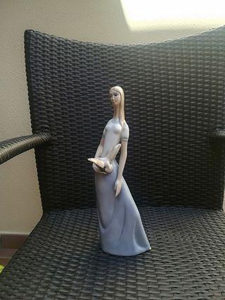 preciosa figura de ceramica. 33cm de alto