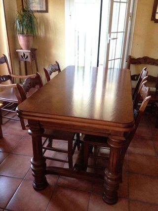Mesa extensible de madera maciza con 4 sillas y 2 sillones con tallas a juego en perfecto estado.Su precio fue 1300€, y vendo en 480€ por falta de espacio.