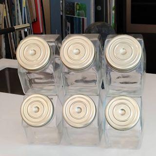 carameleras de vidrio hexagonales.