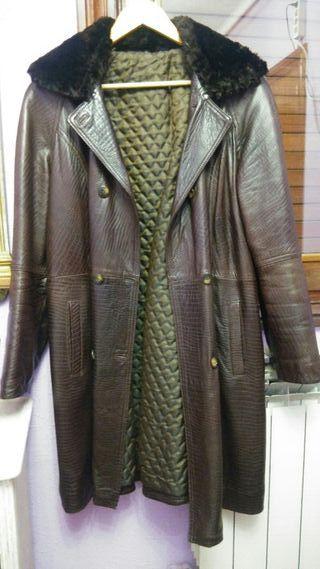 Abrigo de piel grabada con cuello.