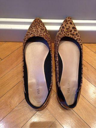 Zapatos de mujer negros y con estampado en marrón