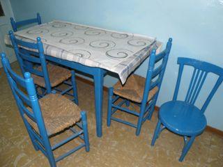 Mesa, 4 sillas, 1 taburete antiguos