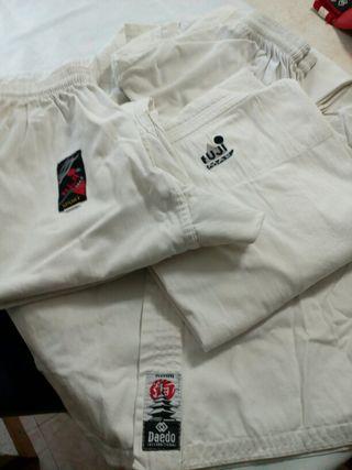 2 kimonos Karate con cinturones y guantillas