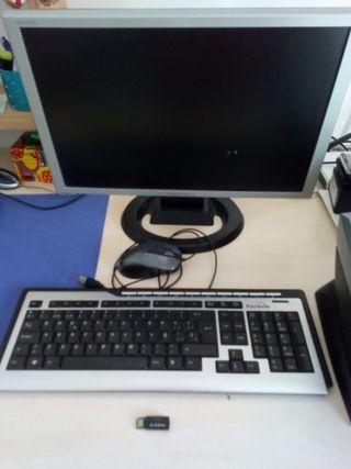 pantalla monitor con teclado y raton