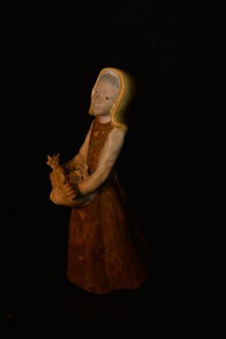 Figura de chica de porcelana
