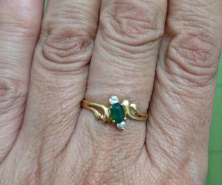 Anillo chapado oro con piedra verde talla 10