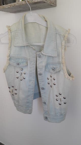 Chaleco vaquero, pantalon y camiseta.chaqueta 5€