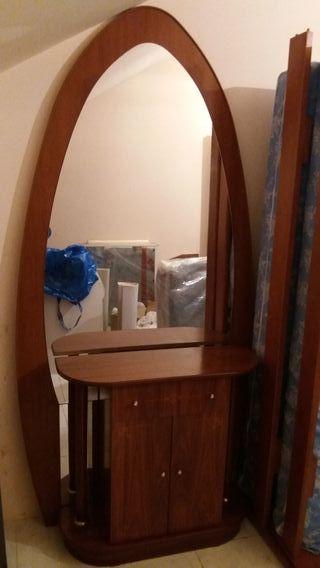 Entrada recibidor con espejo ovalado