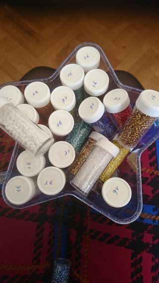 Caja con 25 tubos de abalorios