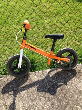 Bicicleta decatlon con casco