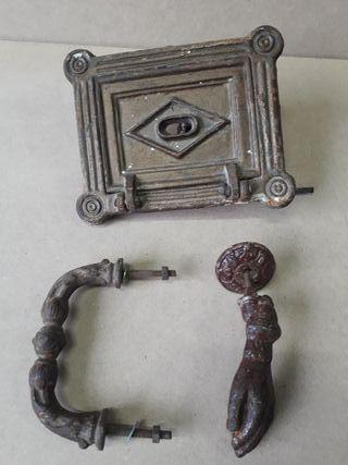 Pica puerta ,maneta y puerta de registro antiguas