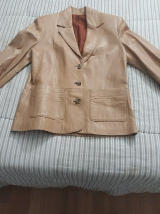 chaqueta marrón de piel