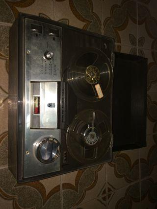 Magnetofon antiguo.