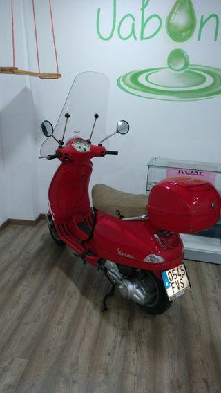 scooter vespa 125 LX roja