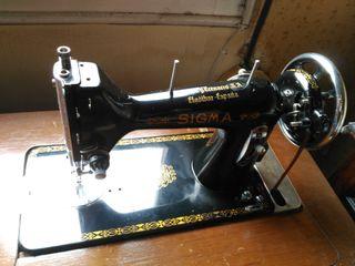 Máquina de coser antigua marca Sigma, con mueble