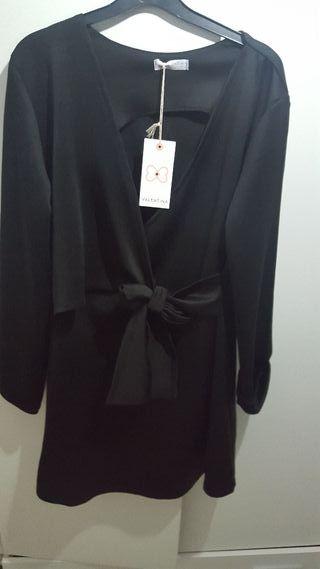 vestido negro escote cruzado