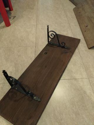 Estanterias de madera con escuadras forjadas