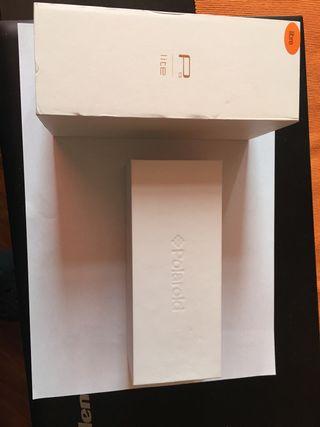 Cajas vacías Huawei y Polaroid.
