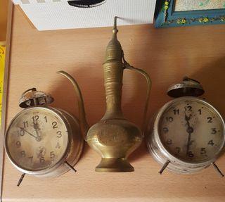 despertador Antiguo y tetera antigua para adorno