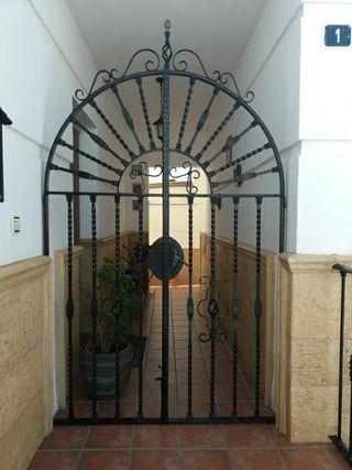 contra puerta de forja