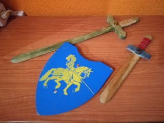Espadas y escudo de madera