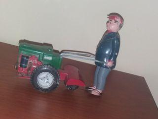 Agricultor con motocultor juguete antiguo
