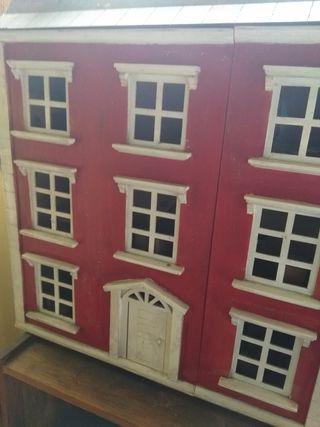 Casa de muñecas de madera. con muñecos y muebles