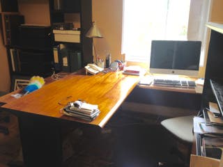 Mesa de despacho de madera con ala