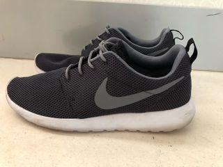 Nike Roshe Run grises negras