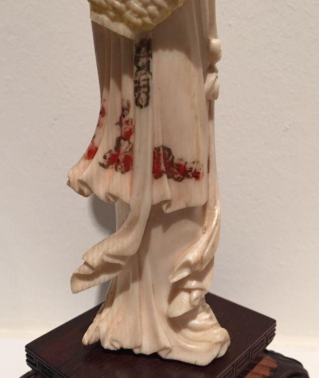 Statuette en ivoire Guan-Yin Sculptée - Polychrome