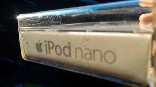 caja ipod nano con pegatinas apple