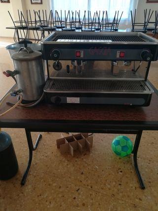 Cafetera industrial y surtidor de cerveza