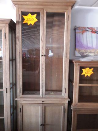 Mueble vertical con puertas de cristal .