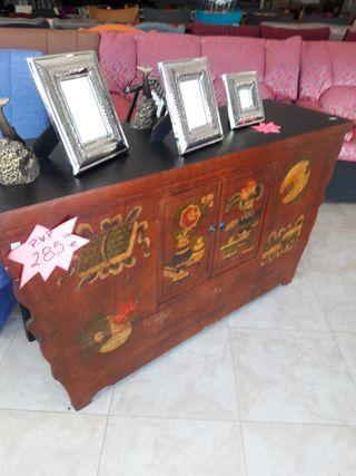 Mueble de madera con dibujos.