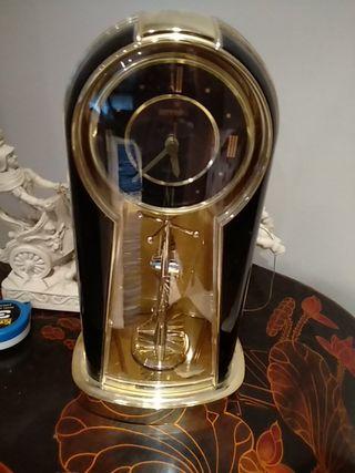 reloj mesa negro y dorado
