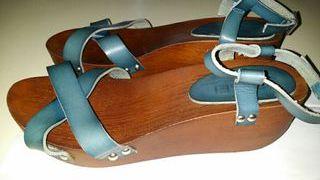 Sandalia cuña de madera.
