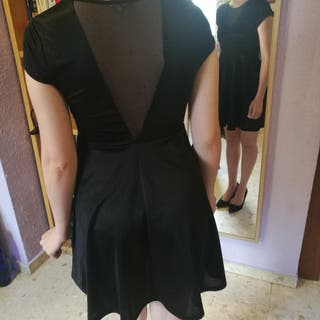 Vestido negro corto de raso.